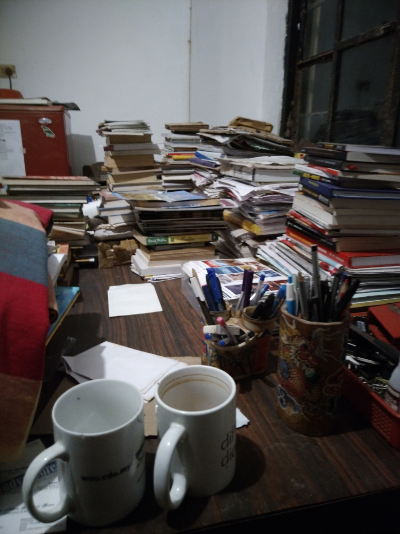 Cluttered_writer's_table.jpeg